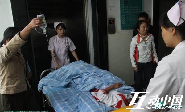 Bị thầy giáo bắt quả tang hút thuốc lá, 2 nam sinh nhập viện vì hình phạt uống tàn thuốc pha nước