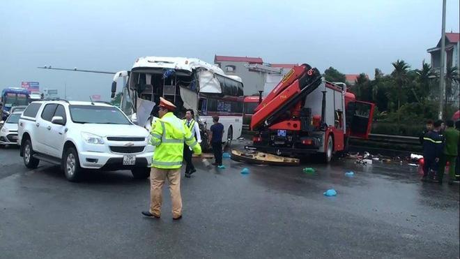 Vụ xe cứu hỏa va chạm xe khách trên cao tốc Pháp Vân