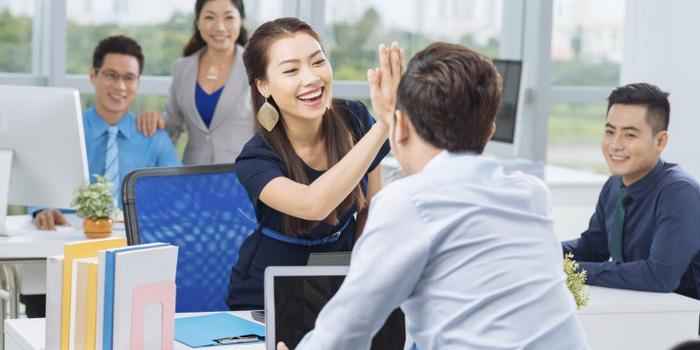 Đồng nghiệp không thể trở thành bạn bè thân thiết hay tình bạn chưa đủ lớn để trở thành đồng nghiệp?