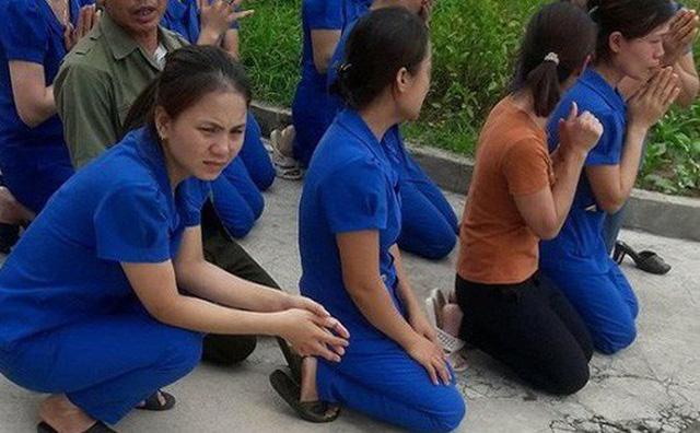 Cô giáo mầm non quỳ gối khóc lóc van xin xuất phát từ tâm chứ không ai xúi giục