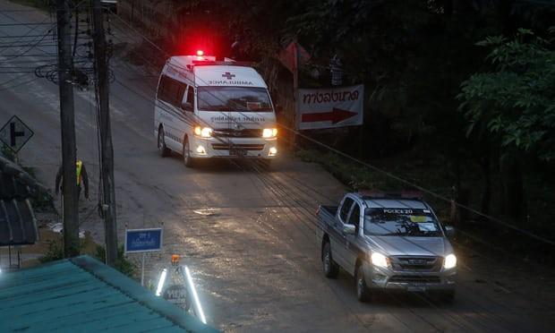 3 cầu thủ và HLV đội bóng Thái mắc kẹt được đưa ra khỏi hang an toàn, 9 cầu thủ còn lại đang tiếp tục được giải cứu