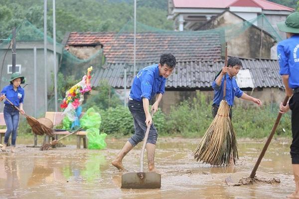 Ấm áp hình ảnh sinh viên tình nguyện đội mưa giúp dân khắc phục hậu quả bão số 3
