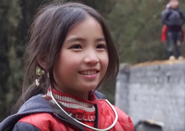 Bé gái người Mông nhoẻn miệng cười xinh như thiên thần trong clip của nhóm phượt thủ làm xao động cư dân mạng