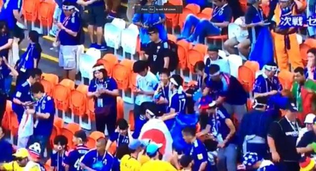 CĐV Nhật Bản mừng thắng trận World Cup cũng không quên dọn rác trên khán đài