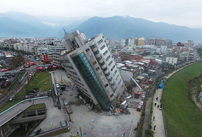 """Chung cư Đài Loan """"biến"""" thành """"Tháp nghiêng Pisa"""" sau trận động đất khiến hàng trăm người thương vong"""