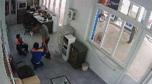 Đã tìm ra và bắt khẩn cấp đối tượng đánh nhân viên cây xăng chảy máu mồm vì nghi bơm xăng thiếu
