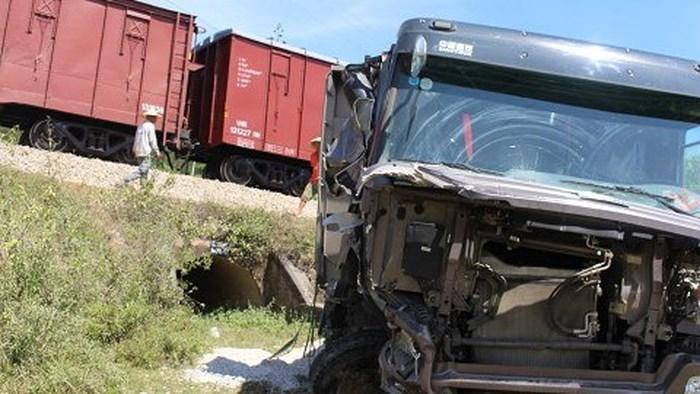 Đường sắt Bắc Nam lại tê liệt do tàu đâm văng xe tải chở đá xuống đồi