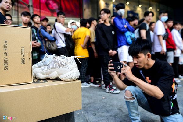 Hàng trăm bạn trẻ Sài Gòn xếp hàng từ nửa đêm để mua giày Yeezy 500 Blush giá 5,3 triệu đồng