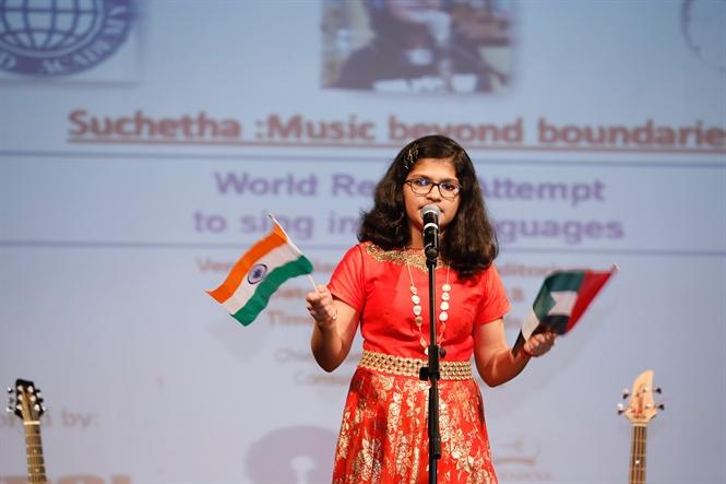 Hát một bài bằng 102 ngôn ngữ khác nhau hết 6 tiếng 15 phút, nữ sinh Ấn Độ đạt kỷ lục Guinness