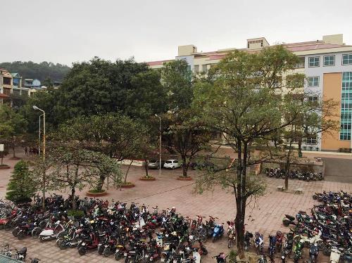 Một học sinh lớp 10 tử vong do rơi từ tầng cao xuống sân trường ở Quảng Ninh