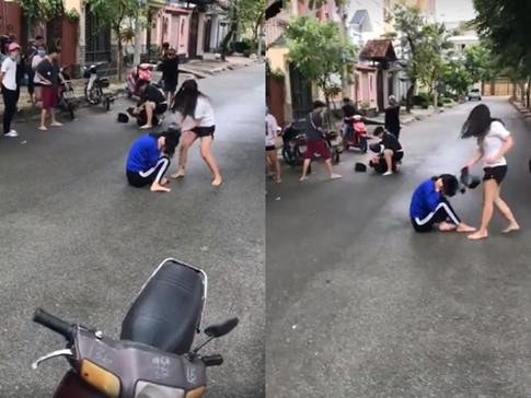 """Nam nữ thiếu niên đánh nhau giữa đường, phang mũ bảo hiểm cực mạnh vào đầu """"địch thủ"""""""