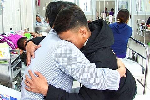 Nam sinh đâm thầy chủ nhiệm trọng thương đã đến bệnh viện ôm thầy xin lỗi sau 2 tuần biệt tăm
