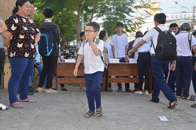 Ngỡ ngàng sĩ tử 18 tuổi bụ bẫm, xinh trai như học sinh lớp 5 đi thi THPT Quốc gia