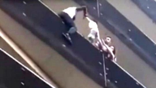 """""""Người Nhện"""" châu Phi chỉ mất hơn nửa phút để tay không trèo lên tầng 4 cứu mạng bé trai"""