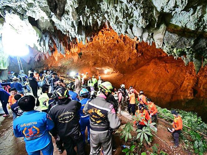 Người Thái cầu nguyện cho đội bóng 13 người mắc kẹt trong hang động cả 1 tuần nay