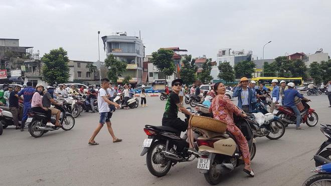 Nhà cao tầng rung lắc vì động đất ở biên giới Trung Quốc, người dân Hà Nội lo sợ tháo chạy
