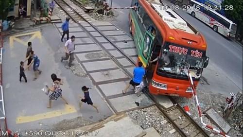 Vì sao xe khách đâm hỏng gác chắn đường sắt ở Thanh Hóa không bị tàu đâm?
