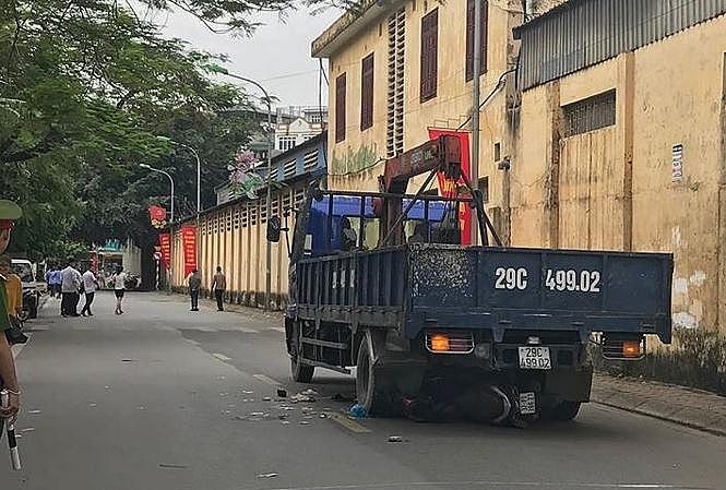 Xe tải lùi trúng xe máy chở 3 người cùng gia đình: Thai phụ 8 tháng và bé gái thiệt mạng