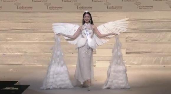 Hình ảnh Thùy Dung trong trang phục dân tộc cuộc thi Hoa hậu Quốc tế 2017