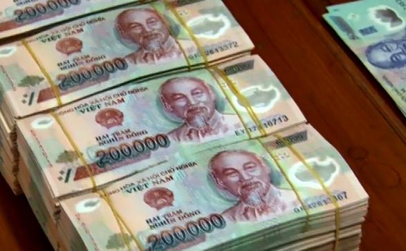 Đem tiền giả gửi ngân hàng làm sổ tiết kiệm, cả tiền và người bị công an giữ