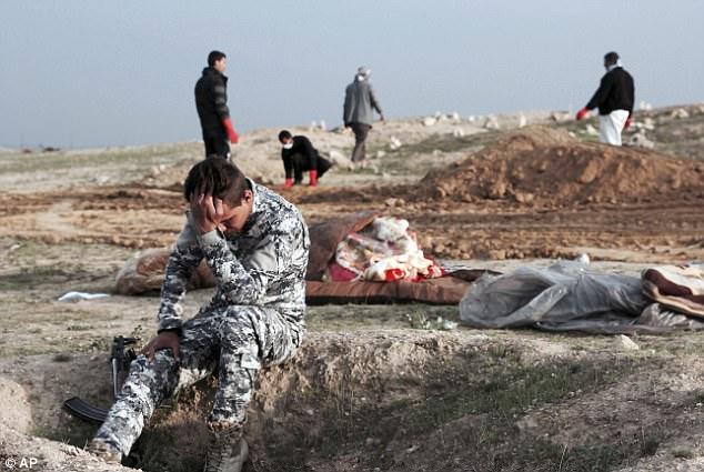 Phát hiện ngôi mộ tập thể chôn hàng chục người bị phiến quân IS sát hại